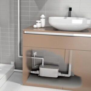 Débouchage d'un lavabo avec pompe